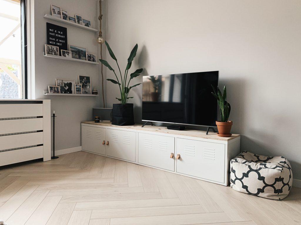 tvmeubel ikea tv meubel locker kast fotoplank tv en gestucte muur met histor verf damp