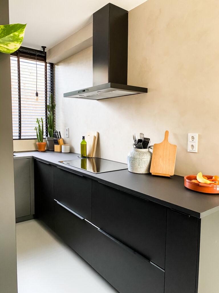 zij aanzicht zwarte keuken ikea