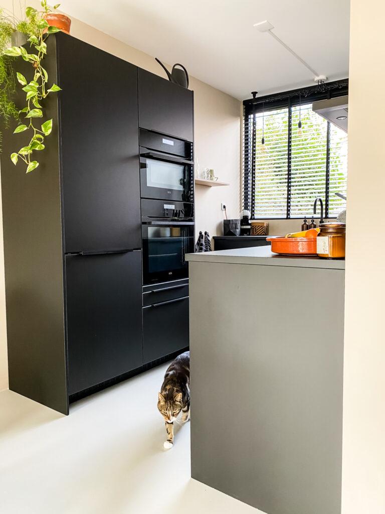 Zwarte keuken Ikea zijaanzicht