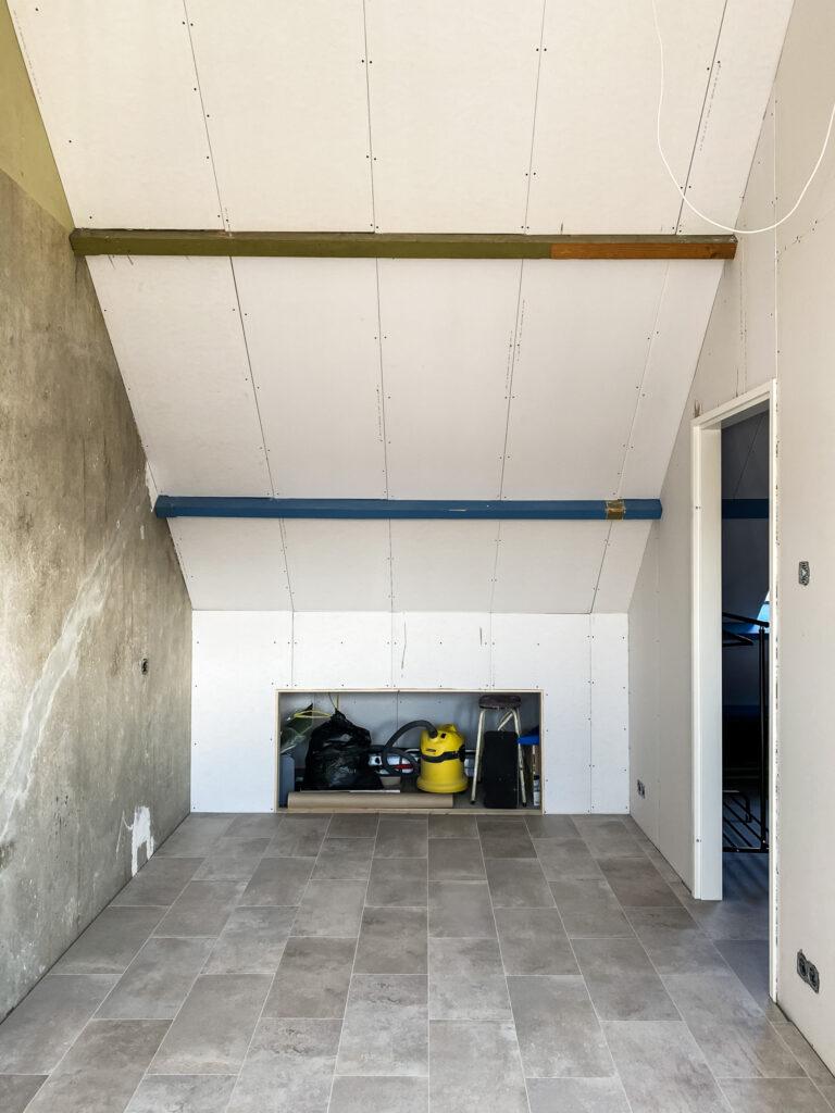 zolder verbouwing foto nieuwe laminaatvloer en muren afgewerkt met gipsplaten