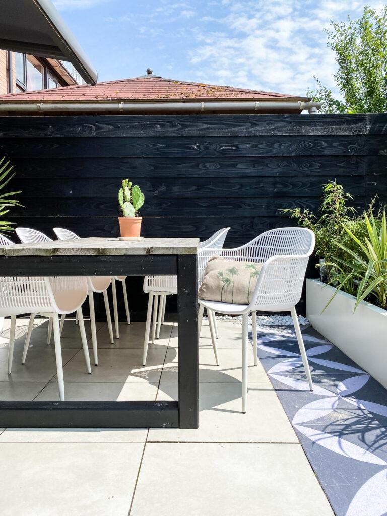 tuin inspiratie eethoek stoelen en tafel, planten