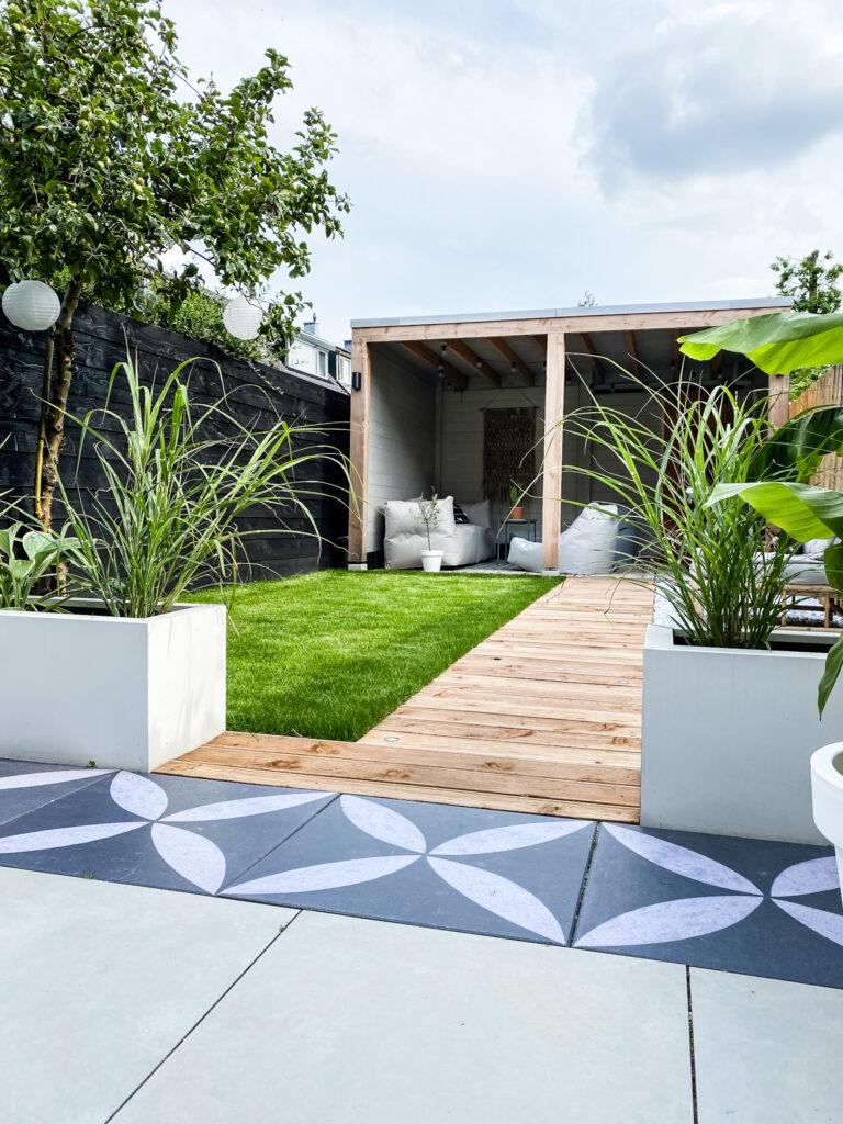 tuin aanzicht vanaf terras naar overkapping inspiratie tuin overkapping tropische sfeer
