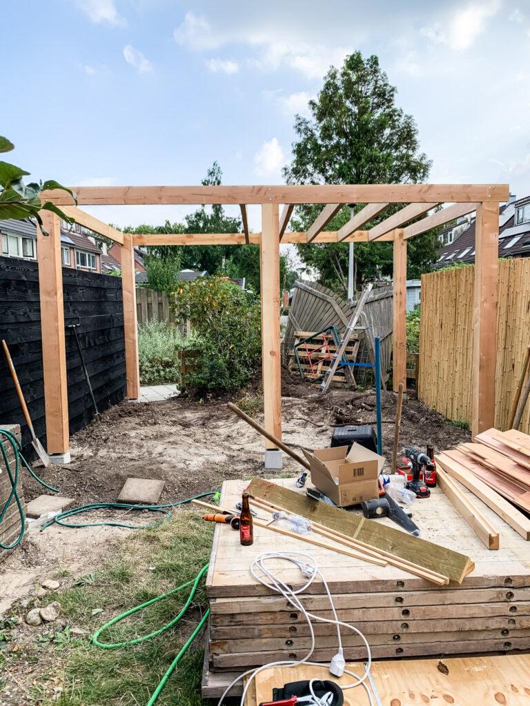 overkapping zelf plaatsen aanzicht eerste palen en een deel van het dak